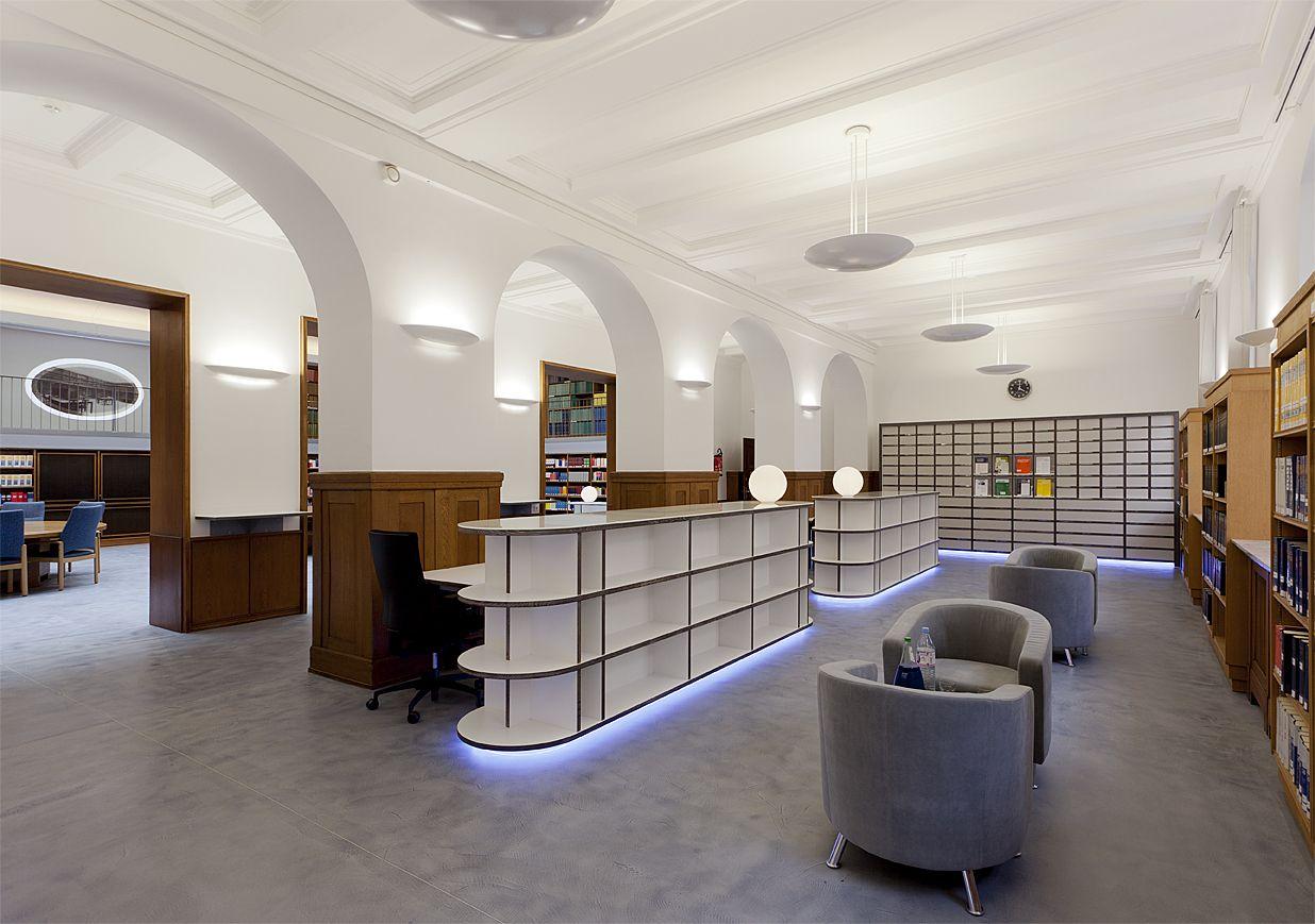 Neue Möbel werden in eine denkmalgeschützte Umgebung integriert. Side- und Highboardelemente für Stauraum kombiniert mit LED-Lichttechnik in den Sockelbereichen der Möbel.