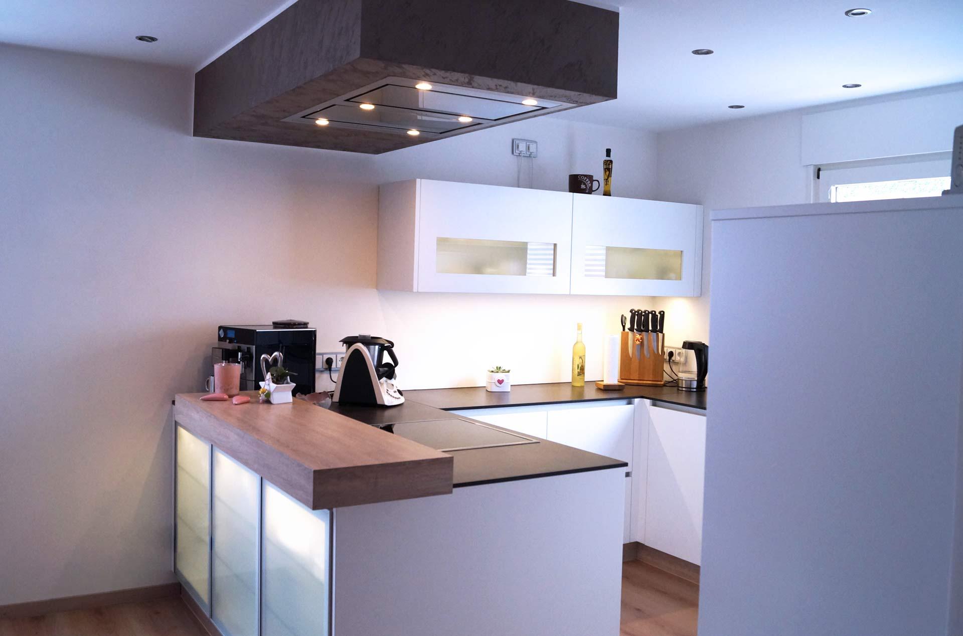 Betonoptik, Landhaus-Stil oder Industriecharme – individuelle Küchen erhalten Sie von der Möbelwerkstatt Scholz. Arbeitsplatten aus Massivholz, Natursteinelemente, handgefertigte Regalen und Küchenschränke runden wir mit funktionaler Technik und ansprechender Beleuchtung ab.