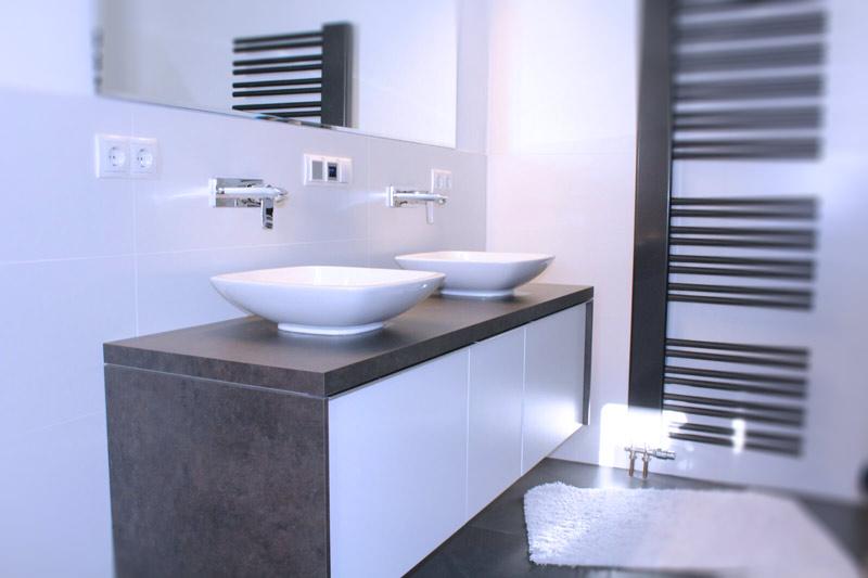 Funktionelle und ästhetische Badezimmermöbel von der Möbelwerkstatt Scholz. Vom Waschbecken über den Spiegelschrank bis hin zur atmosphärischen Beleuchtung.