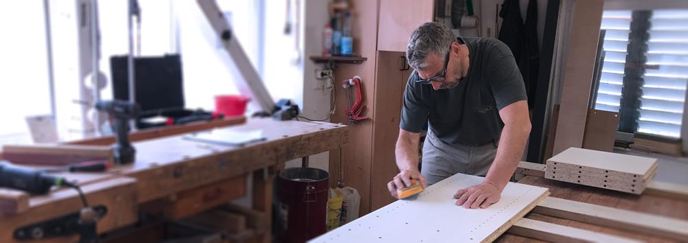 Die Tischlerei und Schreinerei Scholz aus dem Sauerland steht für hochwertige Möbel und individuelle Inneneinrichtung. Als Meisterbetrieb statten wir private Wohnräume sowie gewerbliche Geschäftsräume aus.